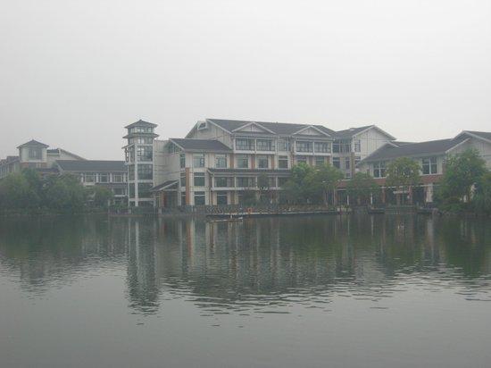 Hangzhou Xanadu Narada Hotel: View of the hotel from across the lake