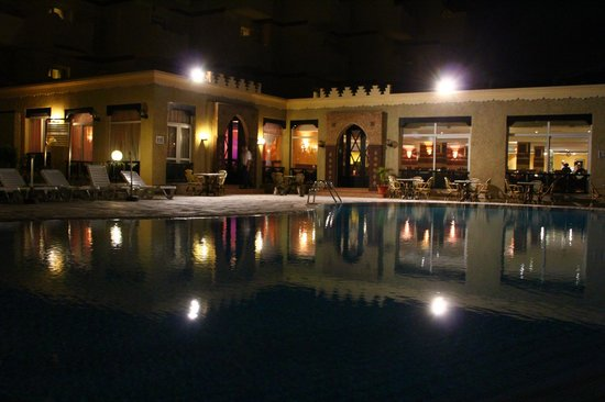 BEST WESTERN Odyssee Park Hotel : Вид на бассейн ночью