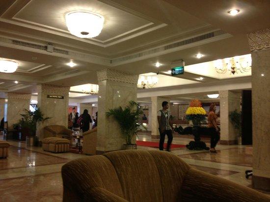Hotel Clarks Shiraz: 1 этаж, вид на ресепшн