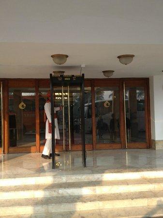 Hotel Clarks Shiraz: вход в отель