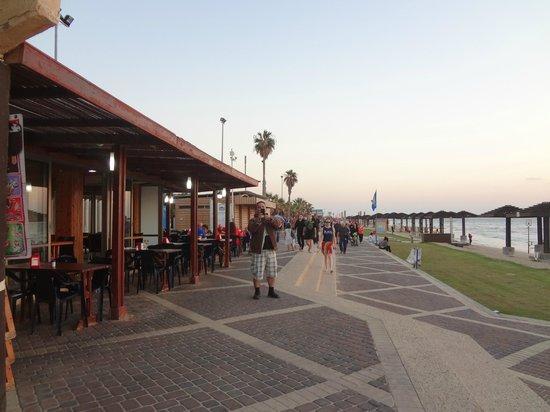 Haifa Port: ชายฝั่งทะเลมีร้านค้าเรียงรายให้เลือกนั่งกินลมชมวิวไปกัน