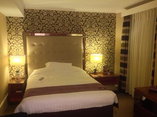 Premier Inn Bournemouth Central Hotel: my very comfy bed! In a very wonderful & quiet room