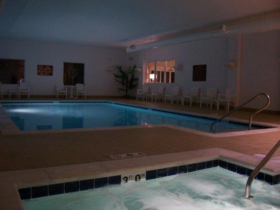 Jameson Inn & Suites: Evening Pool