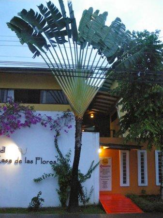 La Casa de las Flores Hotel: Exterior del Hotel en el centro de Cahuita.