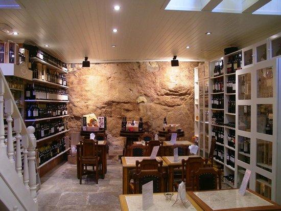 Bar do Binho: A cave da Loja onde são guardados os vinhos de melhor qualidade.