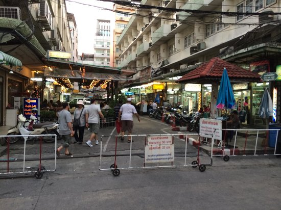 BelAire Bangkok: Nice market area adjacent to the Hotel