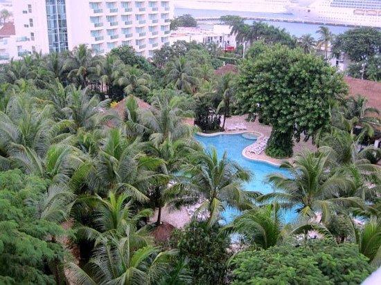 Grand Park Royal Cozumel: Lush gardens surrounding main pool