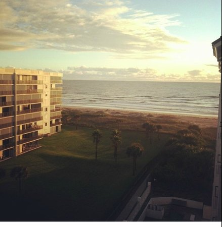 Resort on Cocoa Beach : Ocean VIEW room.