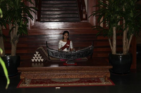 Angkor Miracle Resort & Spa : Playing the roneat in the lobby