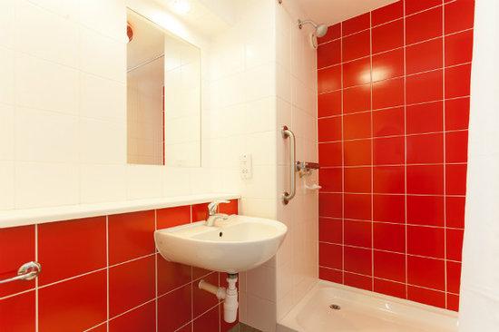 Travelodge Caernarfon Hotel: Bathroom with shower
