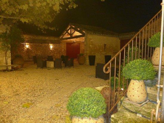 La Louvière des Bruyères : Nighttime courtyard view