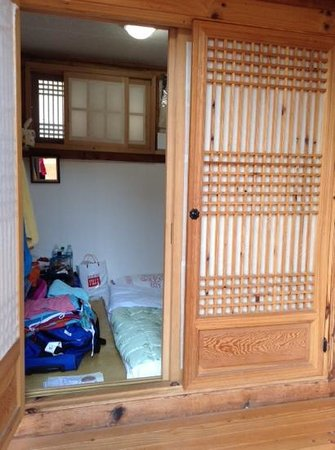 Namhyundang Guesthouse: Small room lots of luggage but perfectly adequate. Uk adaptor supplied.