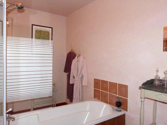 Les Tuileries de Chanteloup: Chambre Rose bonbon: salle de bains