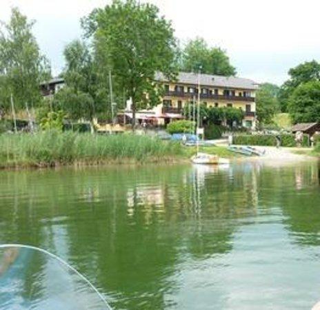 Gasthof Hotel Seehof: Mit dem Boot vor dem Gasthof Seehof