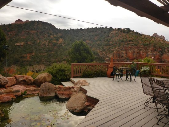 Sedona Views Bed and Breakfast: Pond and Deck area