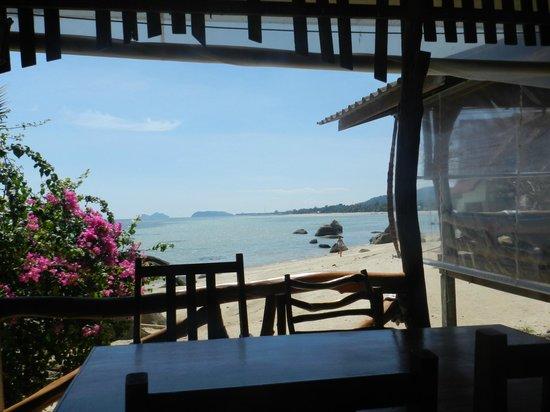 Thong Yang Bungalows: La salle à manger directement sur la plage