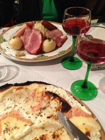 A la porte haute: Assiette choucroute et tarte flambée munster