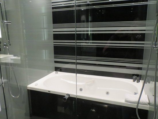 Eurostars Palace: Shower/bath area with glass wall