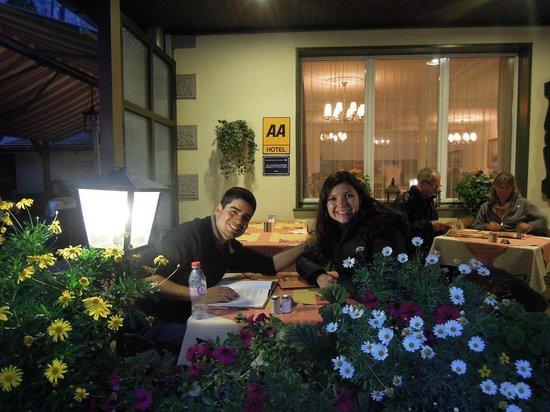 Hotel Oberland Restaurant : Lindas flores na frente do restaurante