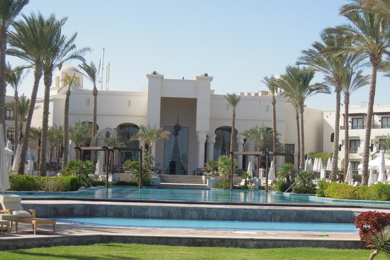 The Palace Port Ghalib: Pool mit Blick zur Terrasse