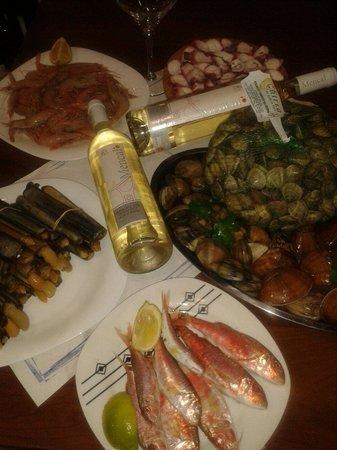 La Pequeña Taberna: Pescado y marisco fresco cada dia!!