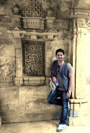 Adalaj Step-well: Beautiful carvings. Lovely structure