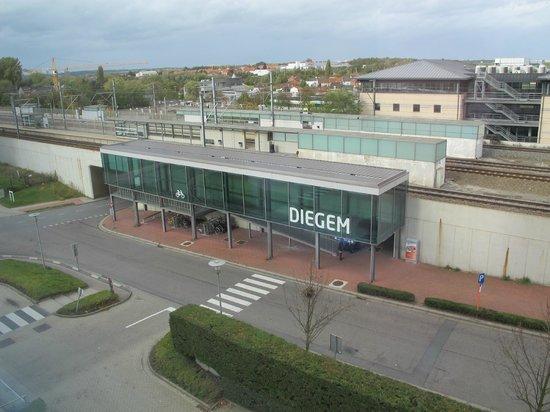 NH Brussels Airport : Vue vers la gare de Diegem (très calme)