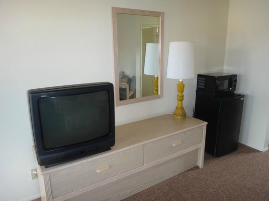 Franciscan Inn Motel: Furniture/TV/Fridge/Microwave