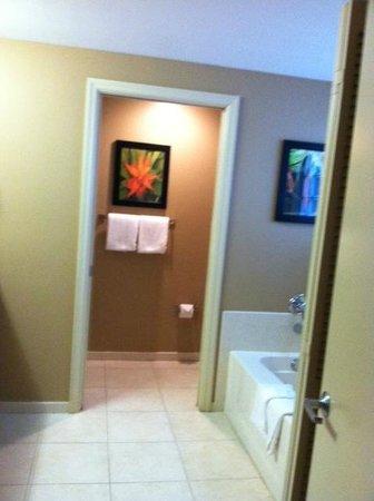 Residence Inn Fort Lauderdale Pompano Beach/Oceanfront : tub/sink area