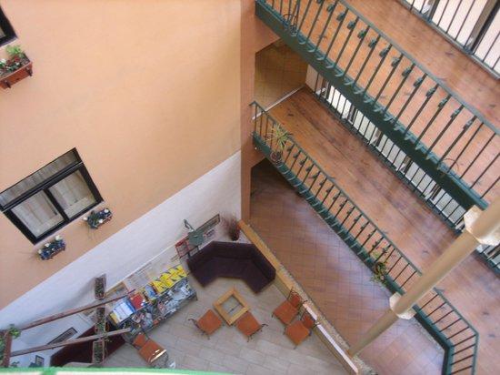 Hotel Kennedy Nova: Вид с балкона номера на внутренний дворик