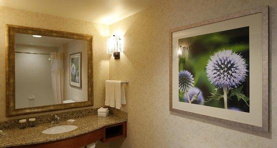Hilton Garden Inn Cedar Falls: Fireplace suites offer extra large guestroom baths