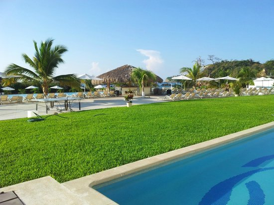 Secrets Huatulco Resort & Spa: Block 6 looking towards swim up Marlin bar