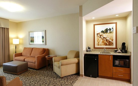 Hilton Garden Inn Cedar Falls: Fireplace suite sitting room. all rooms have micro-fridges and keurig makers