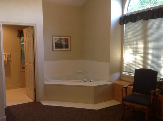 Attitash Mountain Village: Upstairs jacuzzi bathtub