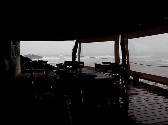 La Kaleta: local das mesas e visual (desconte o dia chuvoso. Imagine o visual num dia de tempo bom)