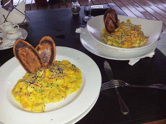 La Kaleta: Os pratos: Camarão ao Curry e Fetuccine ao molho Thai (com frutos do mar)