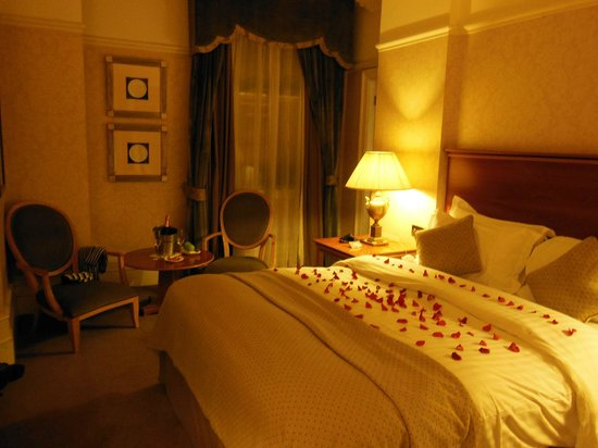 Quebecs: Rose petals on the bed .