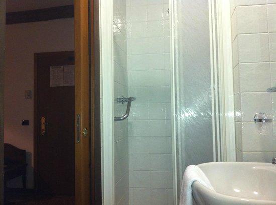 Hotel Bartolomeo: la salle de bain + entrée
