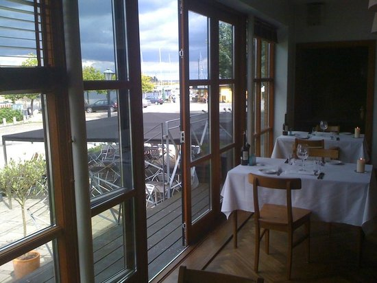 Norsminde Kro: La terrasse de la brasserie avec vue sur le port