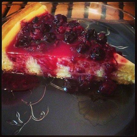 Ganache Cafe & Pastelería: Cheesecake com calda de frutas vermelhas.