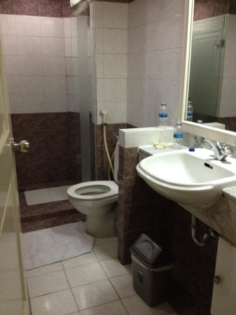 Badkamer gedeelte, douche & bad - Picture of Grand Tropic Suites ...