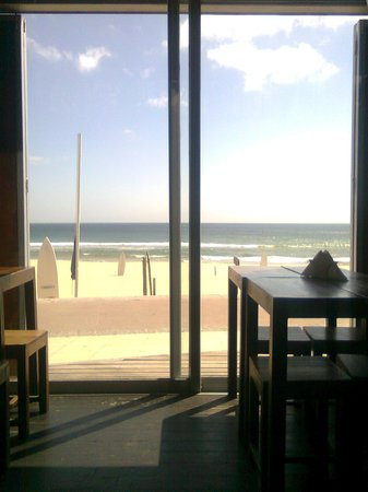 Carcavelos Surf Hostel: Carcavelos beach view by quiete cafe