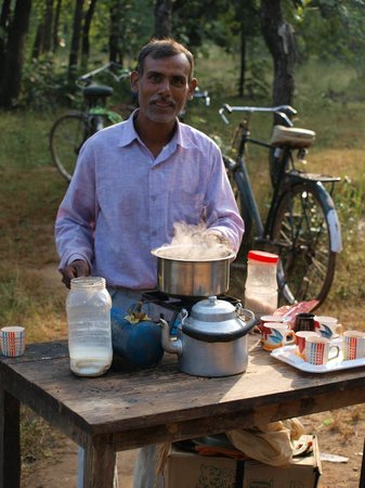 Tiger's Den Resort: Very friendly chai wallah in Bandhavgarh Park. Very welcome at 7.30 am