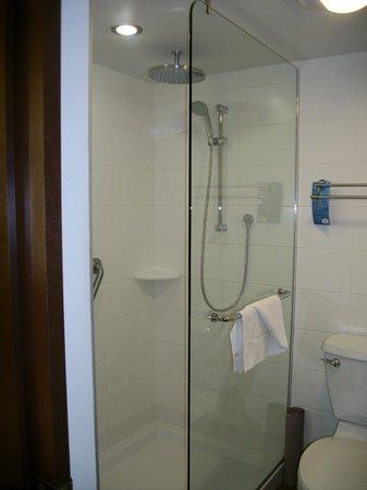 Hotel & Suites Normandin: douche en verre au goût du jour