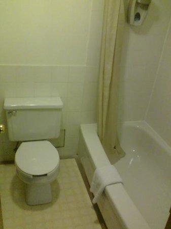 Chebucto Inn: Bathroom