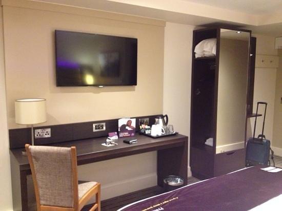 Premier Inn Gatwick Crawley Town West Hotel: new refurbished room