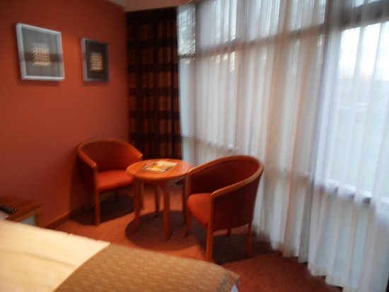 Hallmark Hotel Derby Mickleover Court: space to read the paper