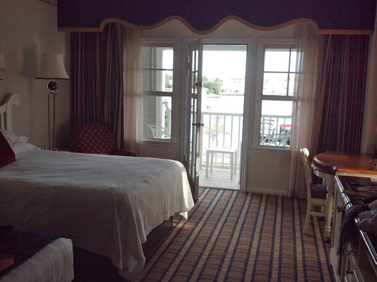 Disney's Yacht Club Resort: Spacious Room with Balcony Overlooking Lagoon