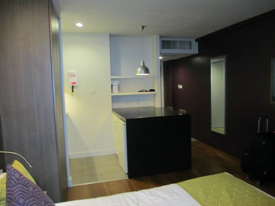 Citadines Trafalgar Square London : Kitchen and entry, bath is on the otherside of kitchen wall