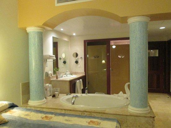 The Royal Suites Turquesa by Palladium: Banheiro da Royal suite junior